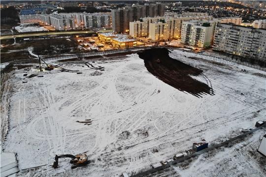 Две тысячи свай забивают под школу в Садовом в Чебоксарах