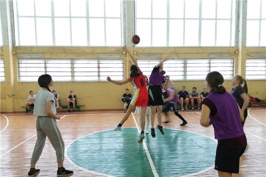 В рамках Декады спорта и здоровья в городе Канаш на площадке сошлись команды нескольких поколений отделения «баскетбола» ДЮСШ «Локомотив»