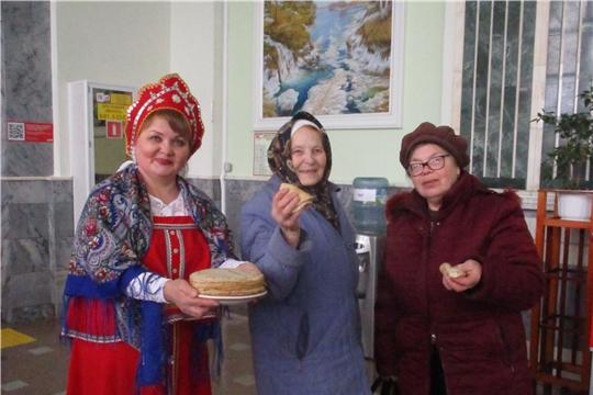 Пассажиры железнодорожного вокзала г. Канаш стали участниками фольклорного праздника «Масленица у ворот, заходи в наш хоровод!»