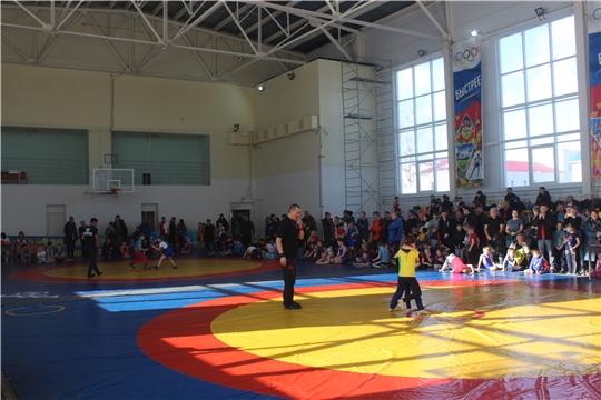 В спортивном зале СШ «Локомотив» победителей и призеров муниципальных соревнований выявили юные борцы вольного стиля