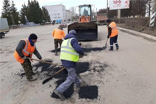 В городе Канаш ведутся работы по ямочному ремонту автомобильных дорог