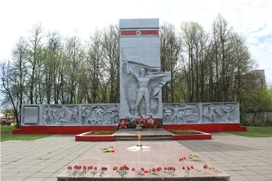 В честь 75-ой годовщины Победы в городе Канаш состоялось возложение венков и цветов к Вечному огню Мемориала Славы и обелиску Славы воинам-вагоноремонтникам, павшим в годы Великой Отечественной войны