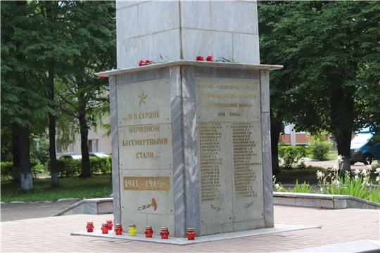 В городе Канаш возложили цветы к обелиску Славы воинам-вагоноремонтникам, павшим в годы Великой Отечественной войны и зажгли свечи