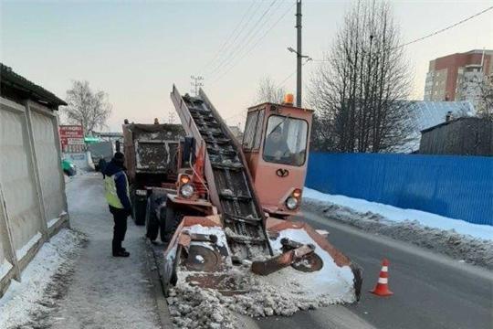 В г. Канаш ведутся работы по очистке от снежных масс и обработке антигололедными материалами: песком и солью автомобильных дорог, тротуаров и остановочных площадок