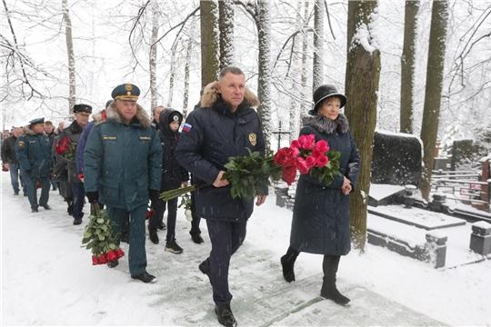 Министр МЧС России Евгений Зиничев и сотрудники ведомства почтили память легенды Министерства Дмитрия Михайлика