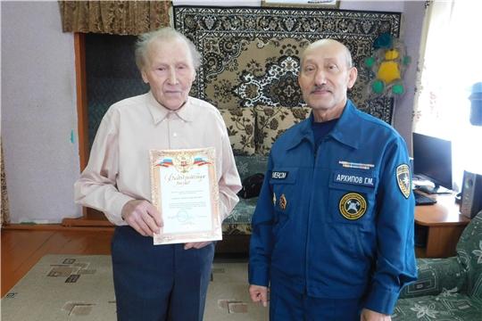 Огнеборцы Аликовского района чествовали ветерана пожарной охраны