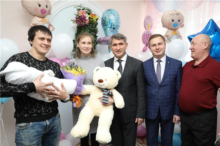 Олег Николаев поздравил молодых мам с Международным женским днем