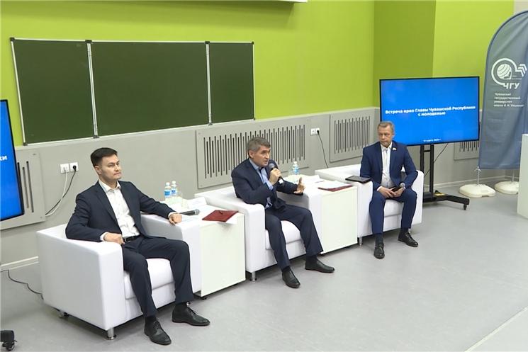 Врио Главы Чувашии Олег Николаев подписал указ о дополнительных мерах, направленных на привлечение молодёжи к работе в системе государственного управления, и встретился со студентами вузов