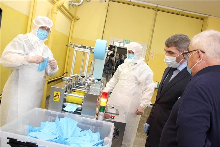 Олег Николаев посетил производство трёхслойных медицинских масок