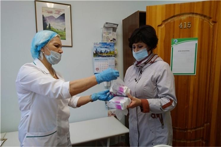 Новочебоксарские волонтёры-медики развозят лекарства пенсионерам и инвалидам на самоизоляции