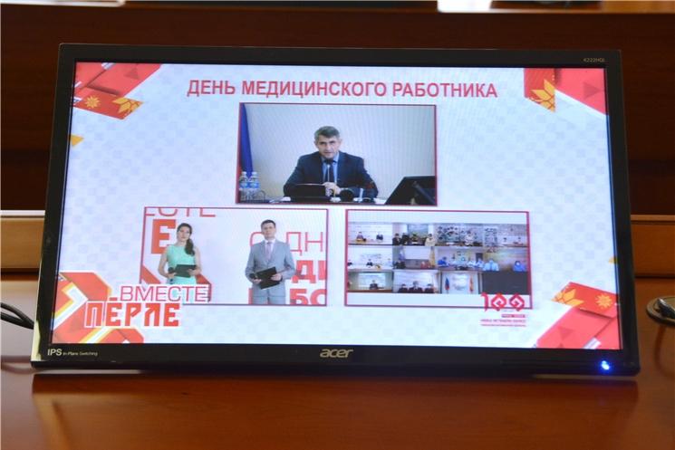 Олег Николаев поздравил медицинских работников с профессиональным праздником и в дистанционном формате вручил им награды