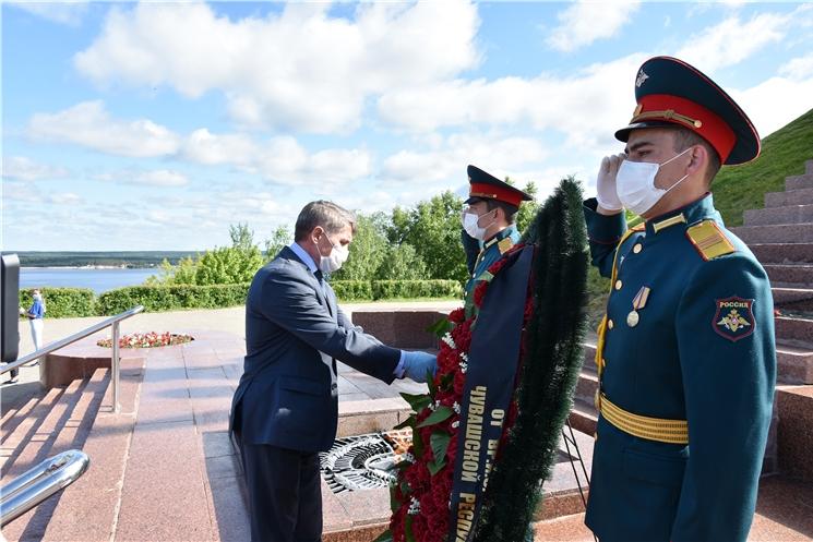 В День памяти и скорби врио Главы Чувашии Олег Николаев возложил цветы к Вечному огню