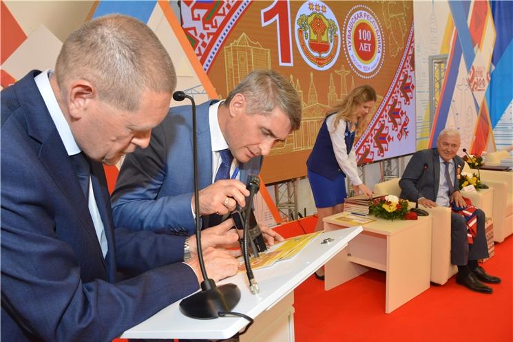 Олег Николаев принял участие в церемонии гашения почтовой марки в честь 100-летнего юбилея Чувашии