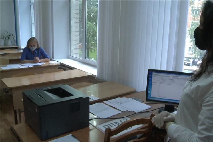 Врио главы Чуваши Олег Николаев посетил чебоксарскую среднюю общеобразовательную школу № 24 и выяснил, как там готовятся к проведению итоговой аттестации.