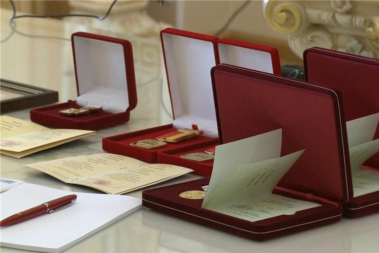 Олег Николаев поздравил и наградил многодетные семьи республики.