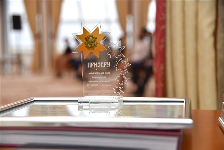 Олег Николаев наградил призеров Всероссийской олимпиады школьников