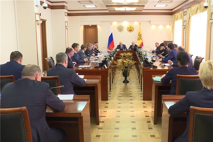 Олег Николаев встретился с заместителем министра сельского хозяйства России Джамбулатом Хатуовым.