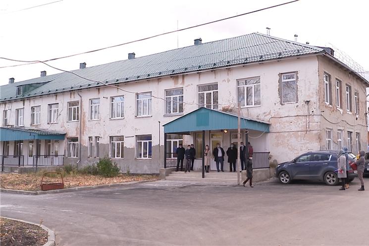 Глава Чувашской Республики Олег Николаев с рабочим визитом посетил Ибресинскую центральную районную больницу и проверил ход ремонтных работ в поликлинике