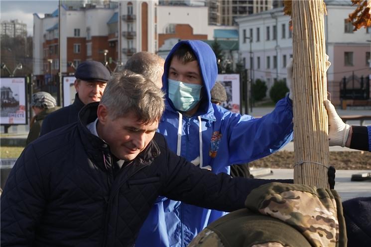 В озеленении Красной Площади Чебоксар принял участие Глава республики Олег Николаев