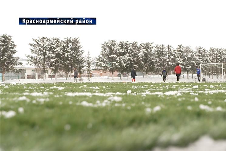 Глава Чувашии посетил открытие нового футбольного поля в Красноармейском районе.