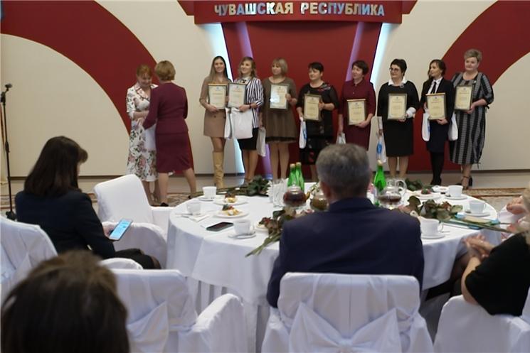 Победителей отметили наградами в канун Дня матери.