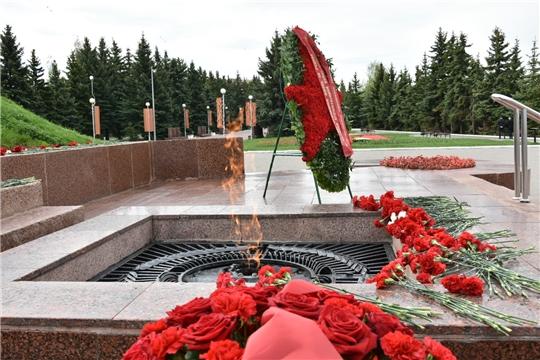 В День Победы депутаты Госсовета Чувашии возложили цветы к Вечному огню
