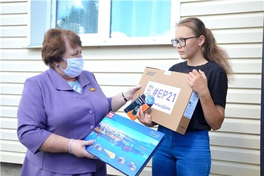 Руководитель парламента республики Альбина Егорова подарила ноутбук выпускнице Ишлейской школы Милане Щербаковой