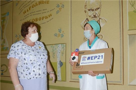 Альбина Егорова подарила ноутбук ученику Икковской школы Андрею Тимофееву