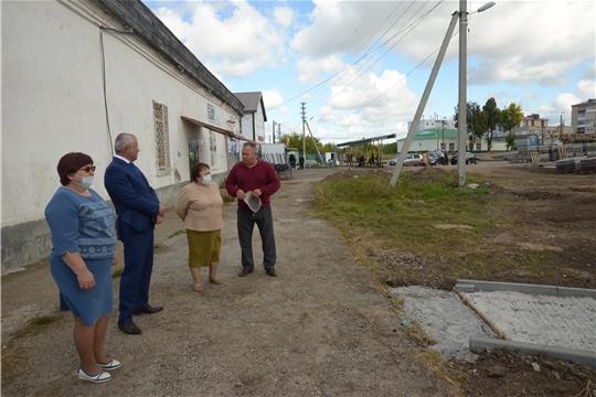 Альбина Егорова ознакомилась с благоустройством общественных территорий в пос. Ишлеи