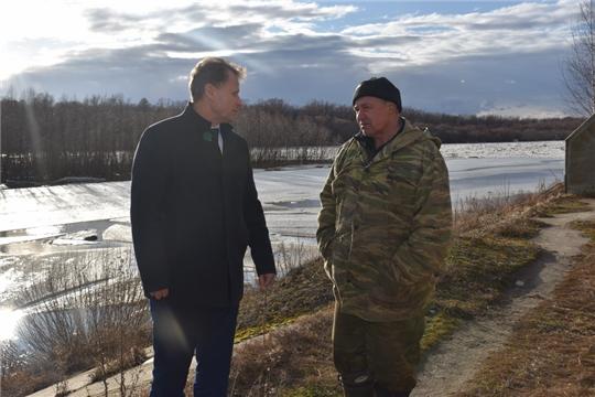 Глава администрации города Шумерля Алексей Григорьев, ввиду неблагоприятных погодных явлений, поручил держать на строгом контроле вопрос с функционированием Сурского водозабора