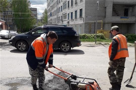 В Шумерле коммунальщики устраняют ямы на дорогах города