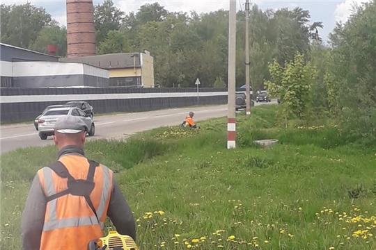 Шумерлинские коммунальщики проводят покос травы вдоль автодорог