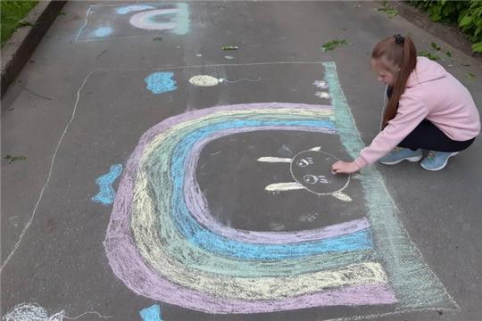 Юные шумерлинцы рисуют на асфальте