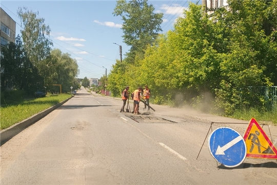 В Шумерле ведутся работы по ямочному и текущему ремонту дорог