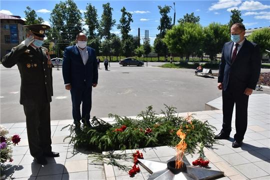 В День памяти и скорби руководство города Шумерля возложили цветы к Вечному огню