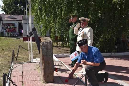 В Шумерле в День Военно-Морского флота к камню-обелиску возложили цветы