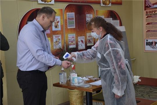 Глава администрации города Шумерля Шигашев В.А. очередной раз убедился, что на всех избирательных участках города соблюдаются санитарно-эпидемиологические нормы