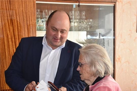В Шумерле ветеранам Великой Отечественной войны вручили мобильные телефоны с бесплатным безлимитным тарифом