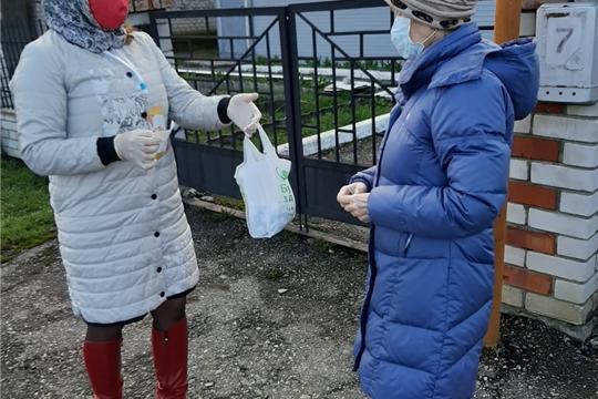 Волонтеры Ибресинского района оказывают помощь пожилым людям.