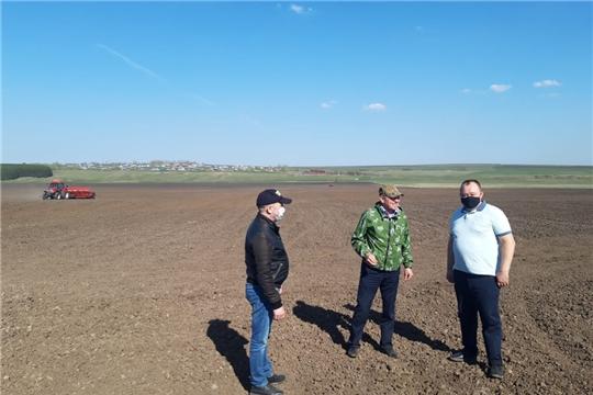 Сергей Артамонов в рамках рабочей поездки ознакомился с ходом работ на полях сельскохозяйственных предприятий Ибресинского района