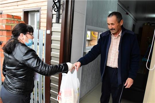 Ибресинские волонтеры принимают участие в раздаче бесплатных продуктовых наборов гражданам старше 65 лет в рамках общероссийской акции взаимопомощи #МыВместе
