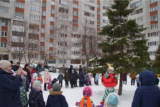 Новый год - в каждый двор! Во дворах Калининского района продолжается марафон новогодних представления