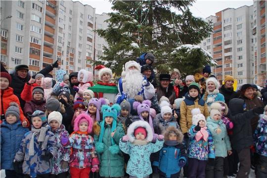 Новый год - в каждый двор! Во дворах Калининского района продолжается марафон новогодних представлений
