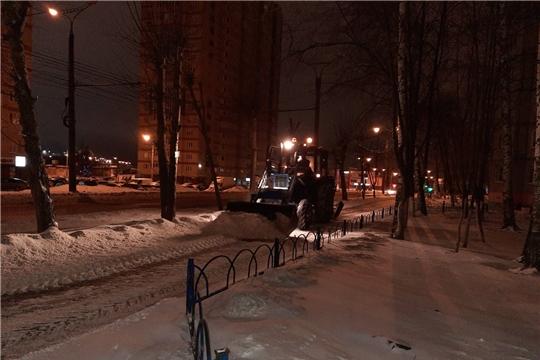 В Калининском районе города Чебоксары ликвидируют последствия снегопада