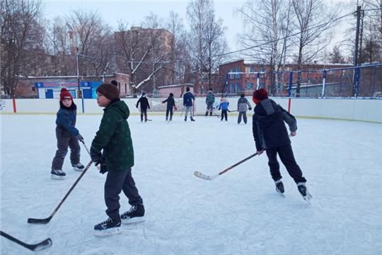 В первый в этом году День здоровья и спорта в Калининском районе прошли товарищеские хоккейные матчи