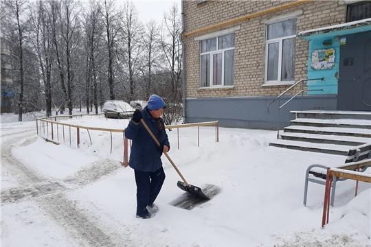 В Калининском районе города Чебоксары продолжается уборка снега