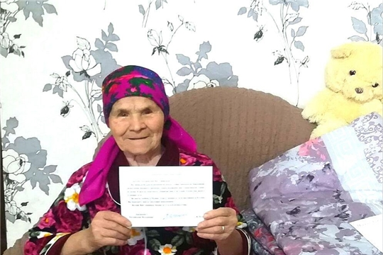 В Калининском районе труженицу тыла поздравили с 90-летним юбилеем
