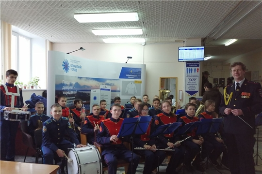 Учащиеся Чебоксарской детской музыкальной школы №2 им.В.П.Воробьева поздравили горожан с Днем защитников Отечества