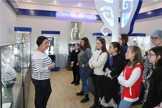 Ученики Чебоксарской детской художественной школы №6 имени Акцыновых посетили музей чувашской вышивки