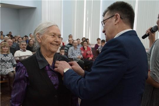 В Калининском районе торжественно вручили медали ветеранам Великой Отечественной войны